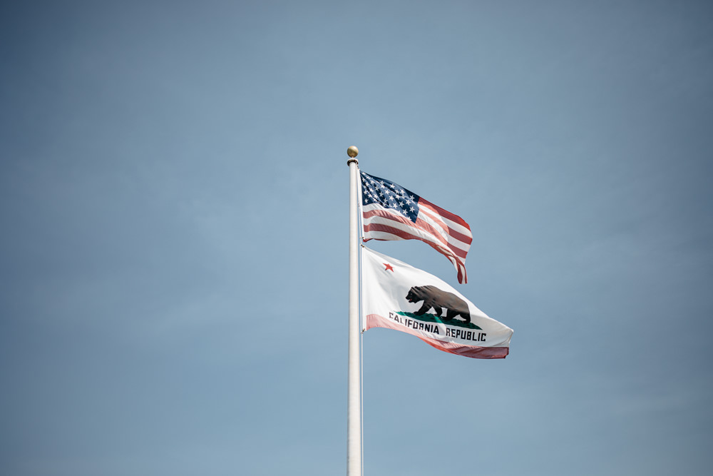 California and US flag before a wedding in California by Lifestories Wedding